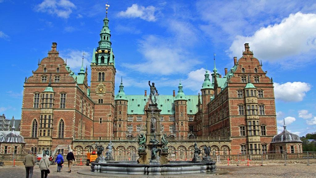 Frederiksborg Slot ydre gård med Neptunspringvandet