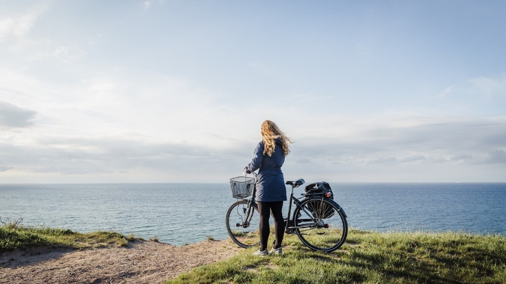 Dame ved cykel ved Nordkysten