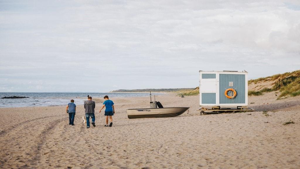 Liseleje strand med livredder hus. Stranden kan besøges hele året og ligger tæt ved smuk skov og legeplads.