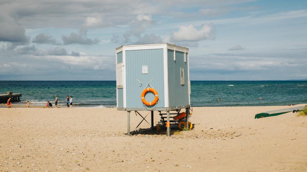 Livredderhus på strand i Nordsjælland