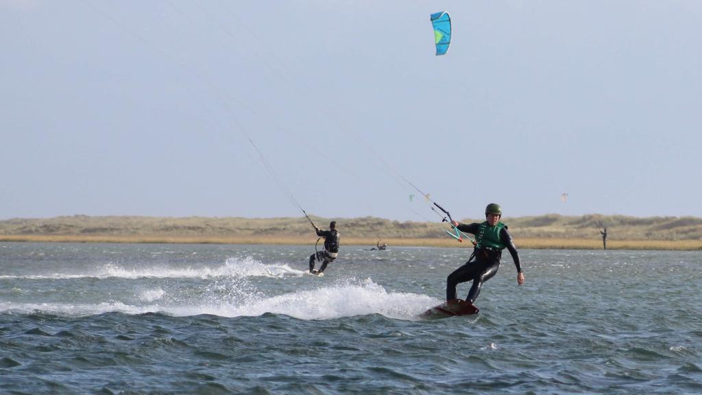 Kite surfere på vandet