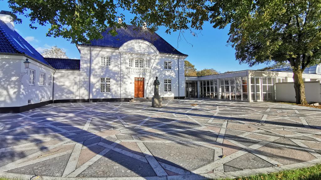 Holstebro Museum indgang, forplads med Anna Ancher-skulptur