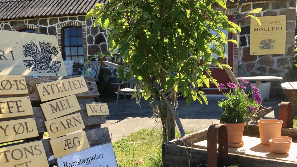 Skilt foran indgangen til gårdbutikken Vestergaard Mølleri på Hjarnø