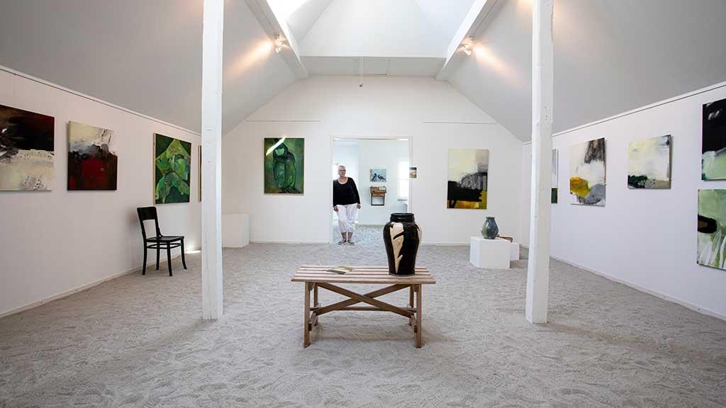 Kunstudstilling hos Galleri Kirkesvinget på Hjarnø