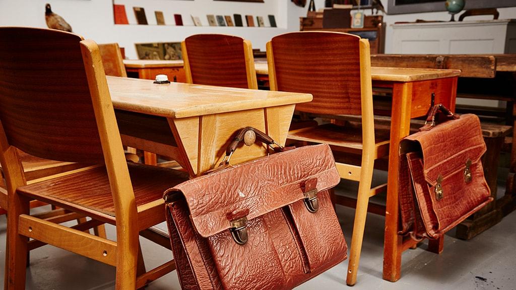 Skolepult med taske fra Skolemuseum i Nyborg