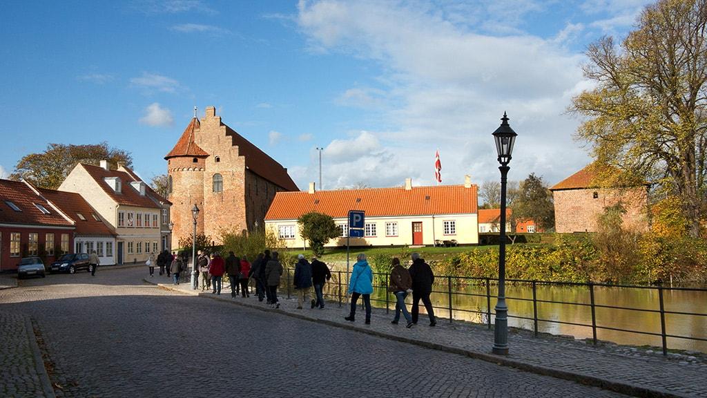 Byvandring i Nyborg Danmarks Riges Hjerte med guide - foto Jørgen Diswal - i Slotsgade ved Nyborg Slot
