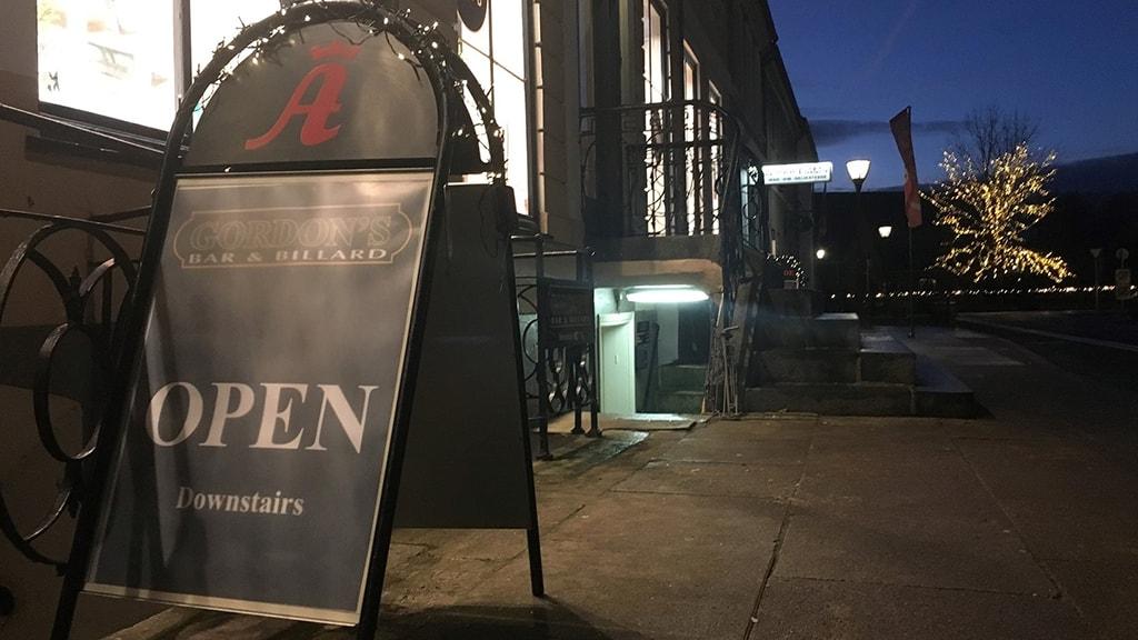 Gordons Bar Nyborg - bar værtshus billard - indgang under trappen