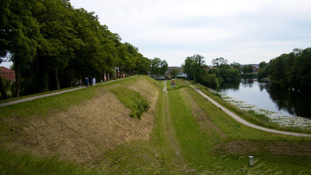 Udsigt fra Dronningens Bastion lang voldgraven mod den nedlagte Kongens Bastion