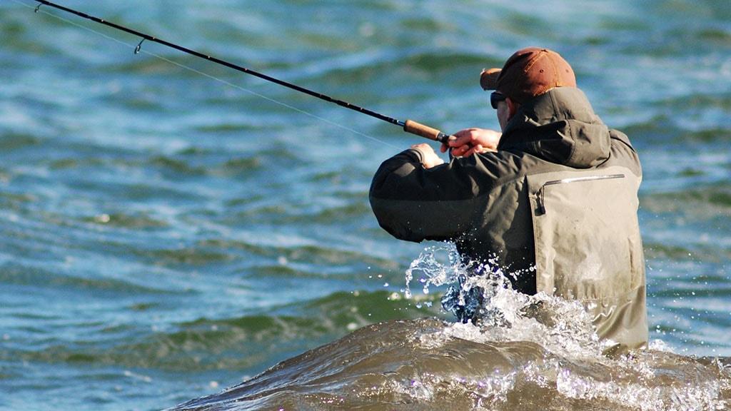 Havørred Fyn Nyborg fisker i bølger seatrout