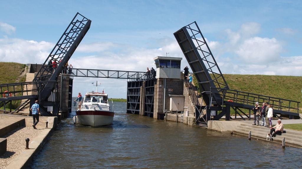 Boat sails through the lock at Ribe