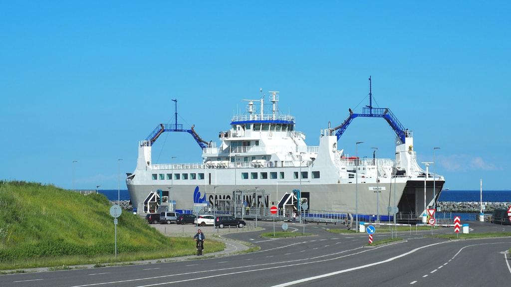 Samsølinjen i havn i Ballen