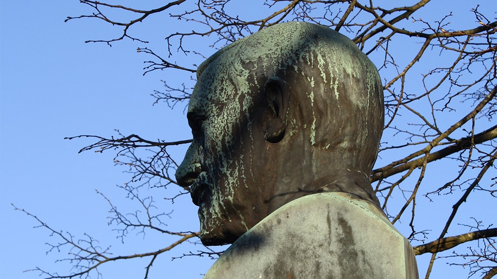 Johannes Lauridsen, statue foran Vejen Station