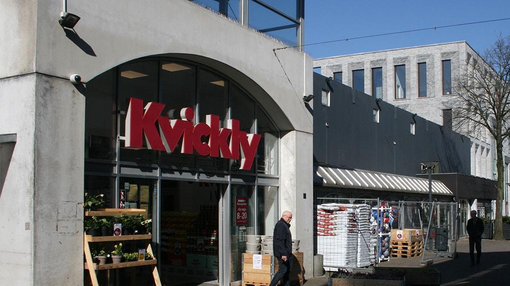 Dagligvarebutikken Kvickly midt i Vejen by.