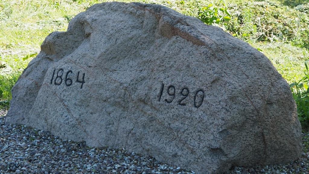 Sten med årstal v. Kær Mølle