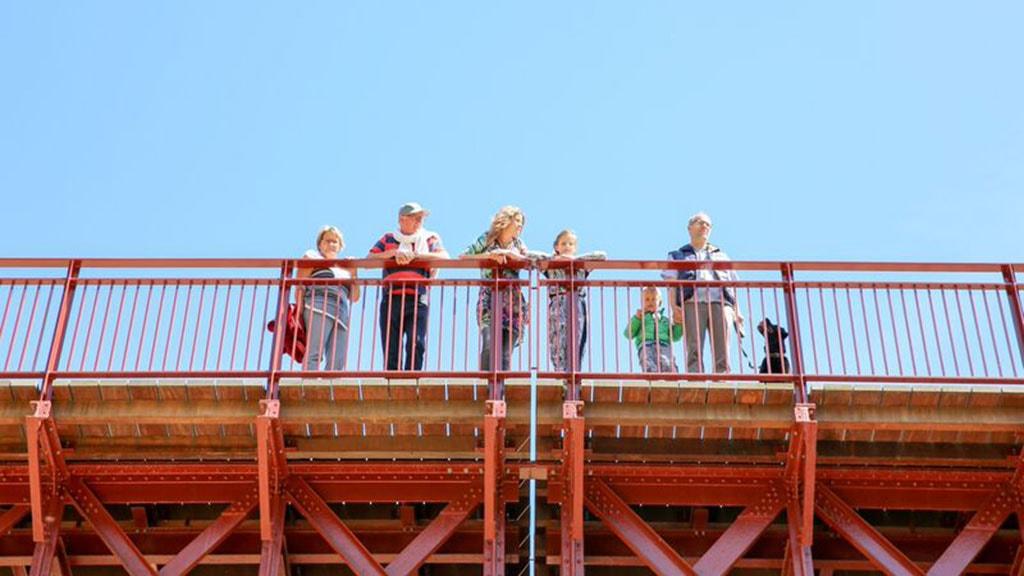 Familie på Den Genfundne Bro set nedefra