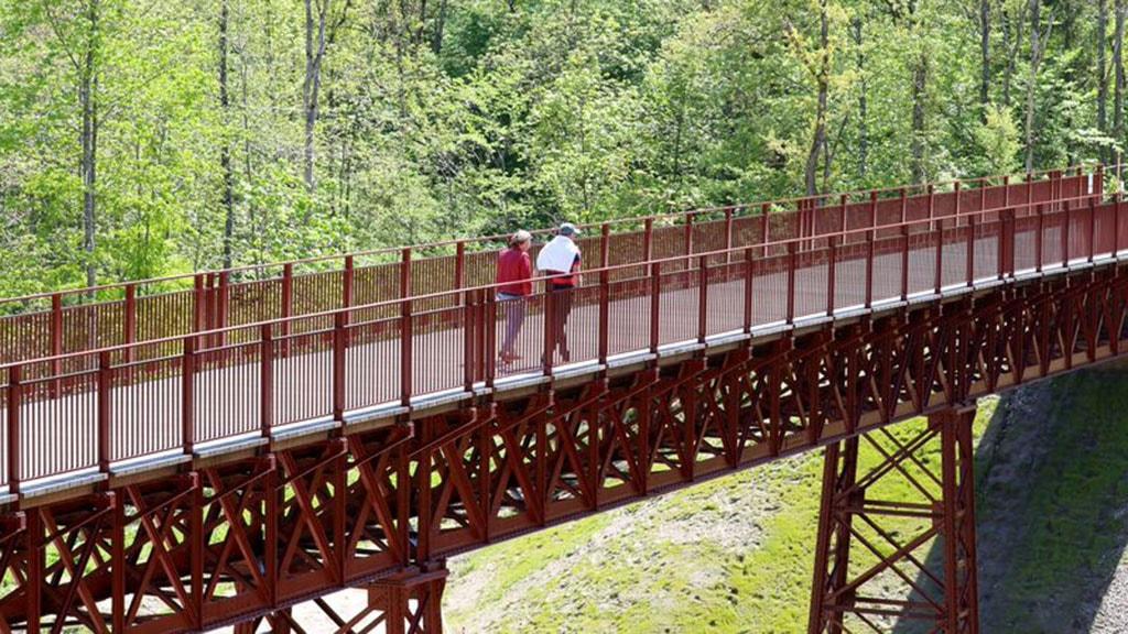 Par går på Den Genfundne Bro ved Vestbirk