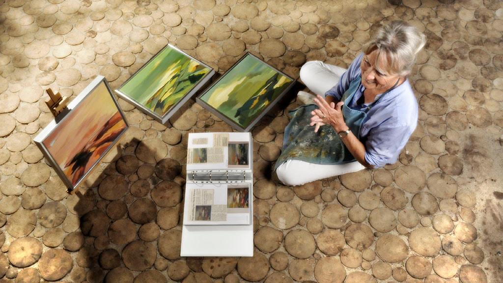 Marie Drewes med malerier