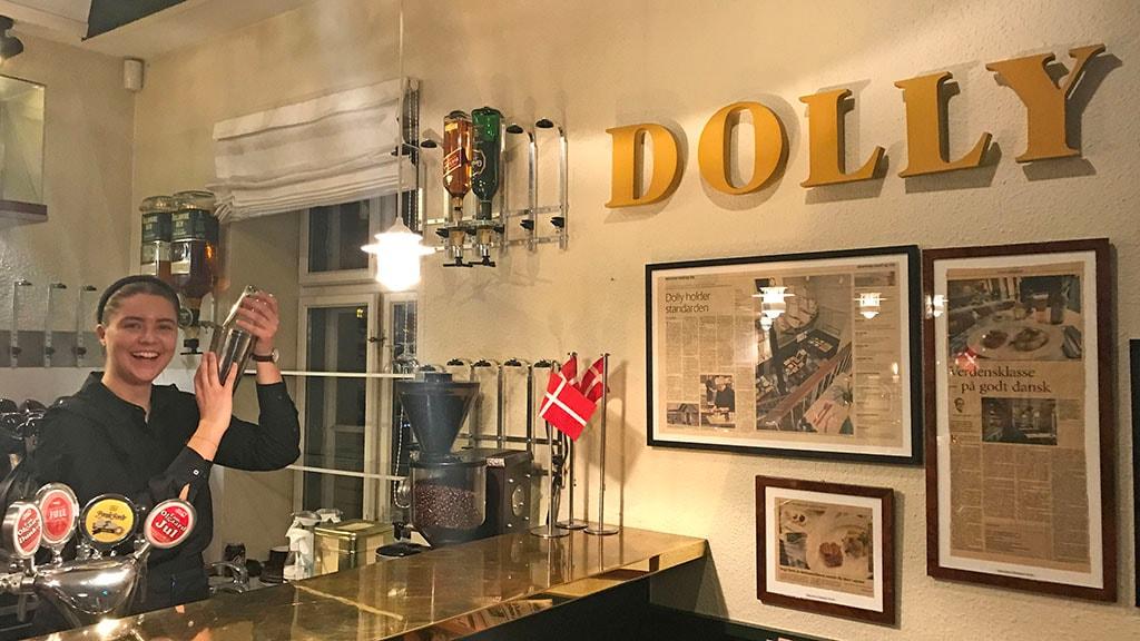 Servitrice i baren hos Dollys