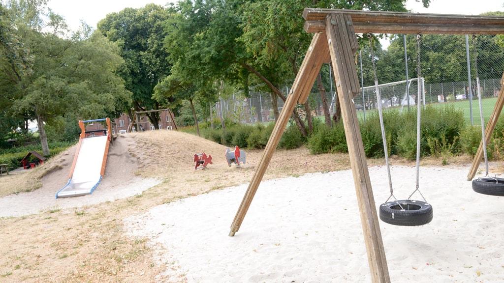 Legepladsen i Vestergade i Horsens gynger