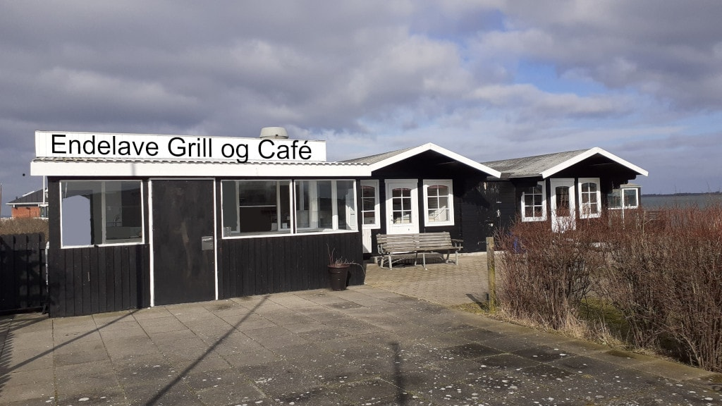 Facade og terrasse ved Endelave Grill og Café