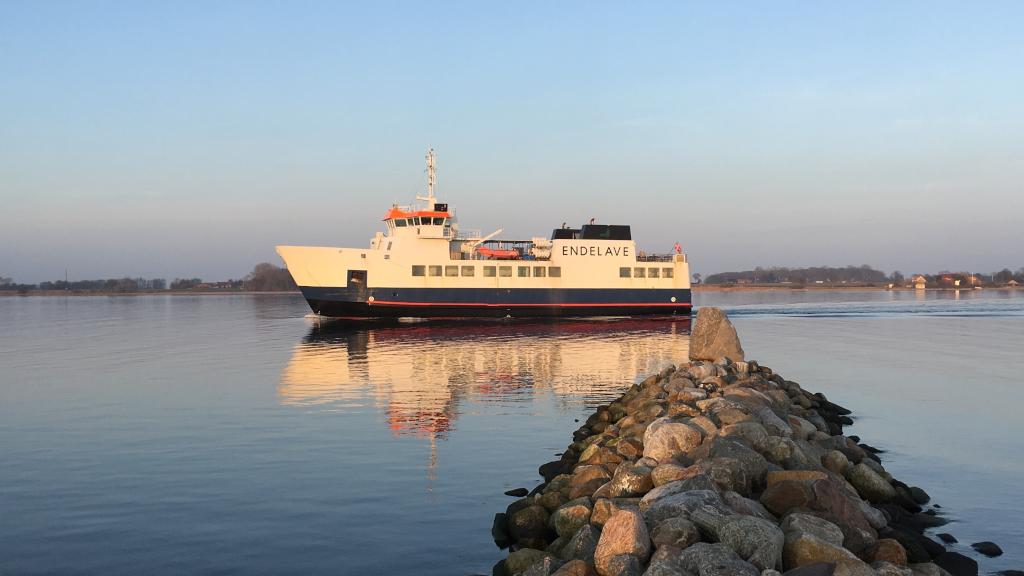 Endelavefærgen sejler ved solopgang