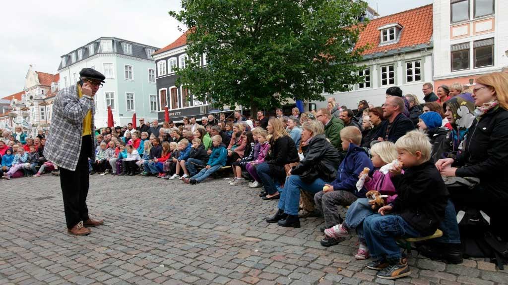 Forestilling på Søndergade i Horsens til Horsens Teaterfestival