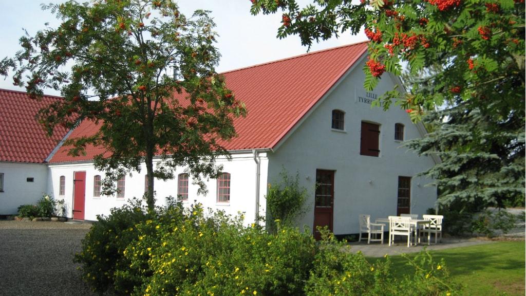 Lille Tyrrestrup gæstehus set fra gården