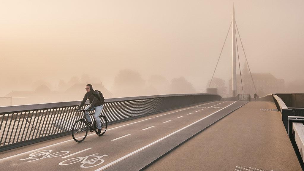 Byens bro i magisk tågelys