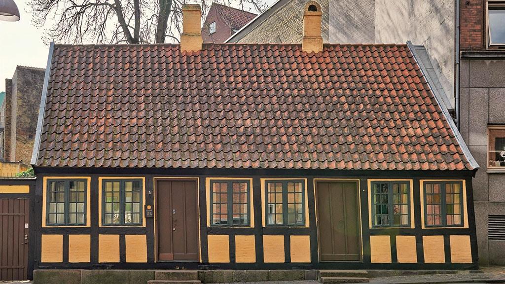 H.C. Andersens Barndomshjem set fra gaden