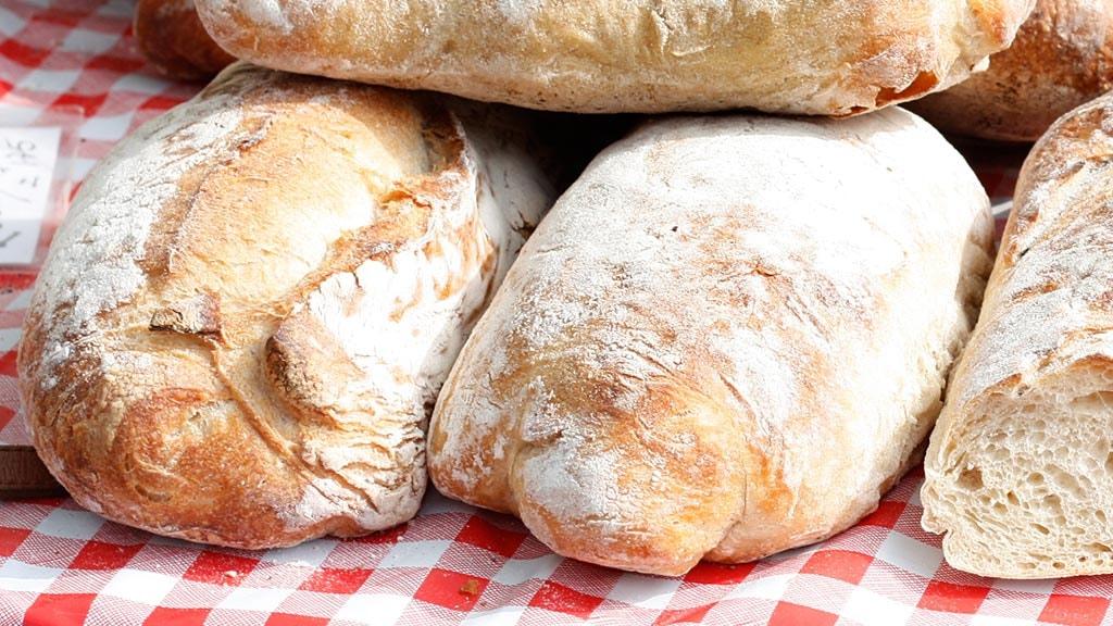 Friskbagt brød på ternet dug
