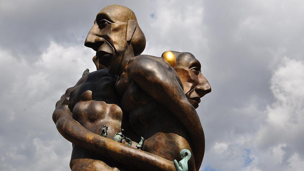 """Bjørn Nørgårds skulptur """"Treenigheden"""" foran Odense Banegaard"""