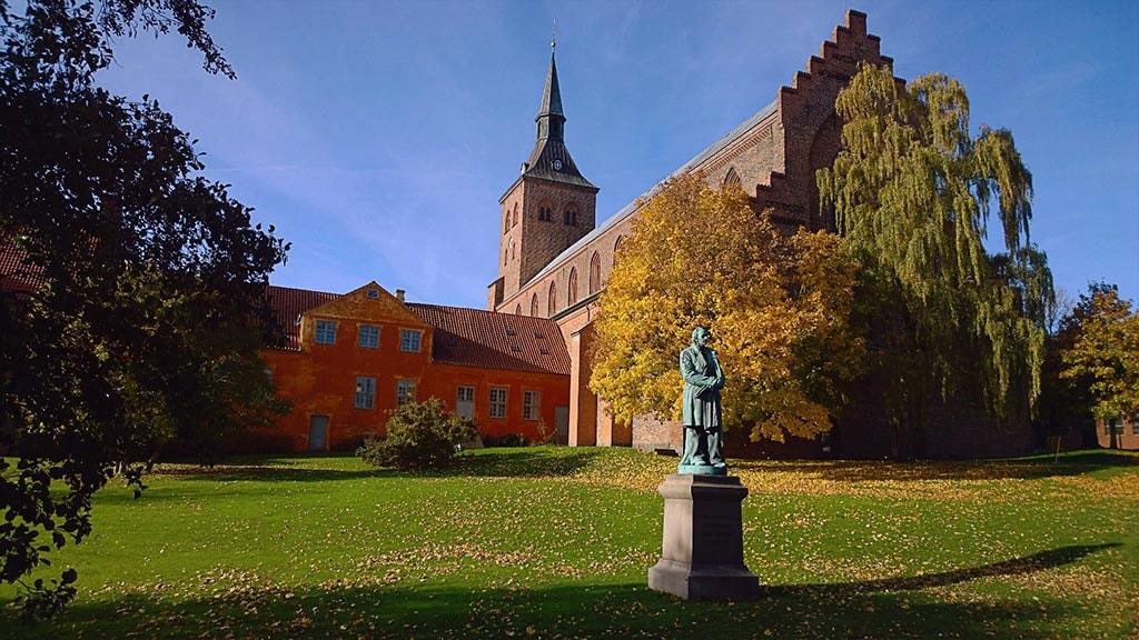 Domkirken set fra Eventyrhaven med H.C. Andersen skulpturen i forgrunden