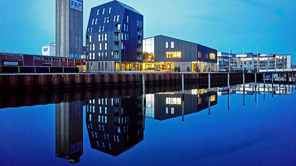 Restauranten på Odense Havn i mørke med lys på