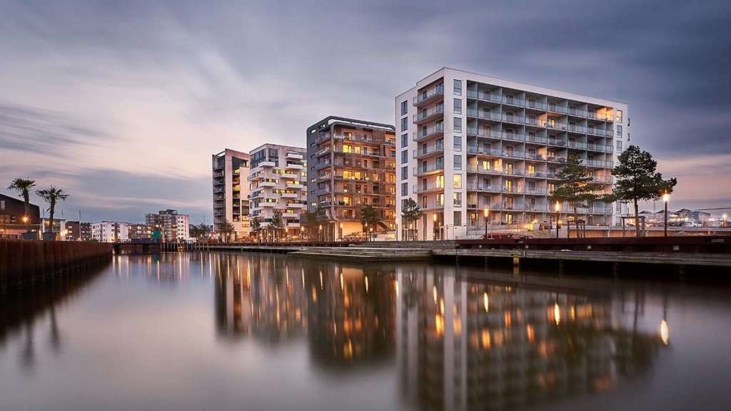 Højhusene på Odense Havn i skumringslys