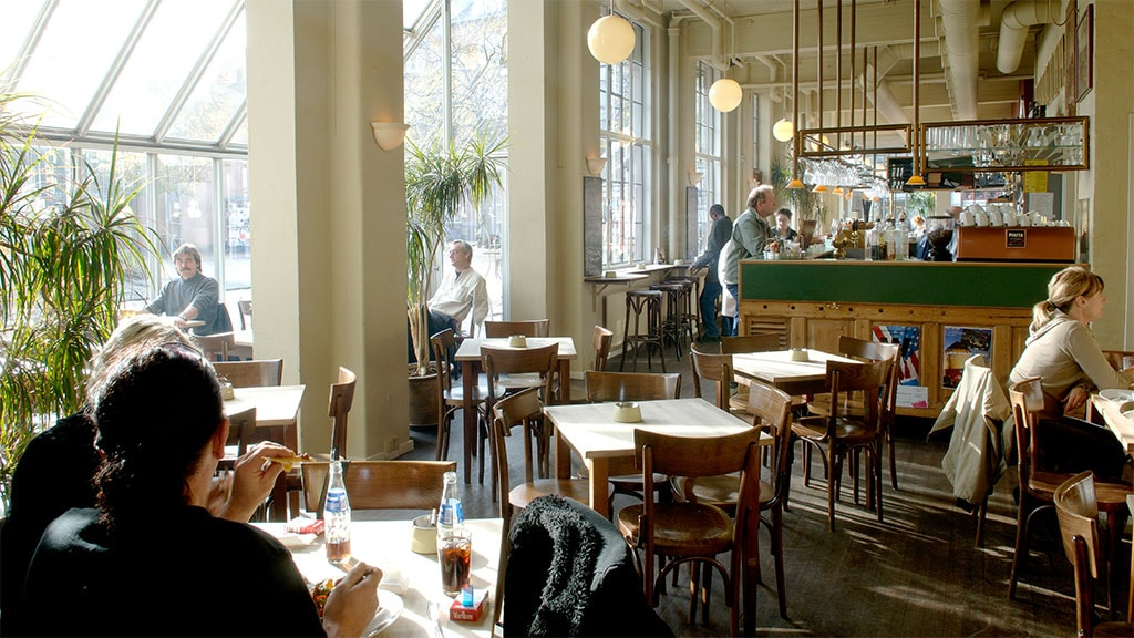 Café Biografen inde
