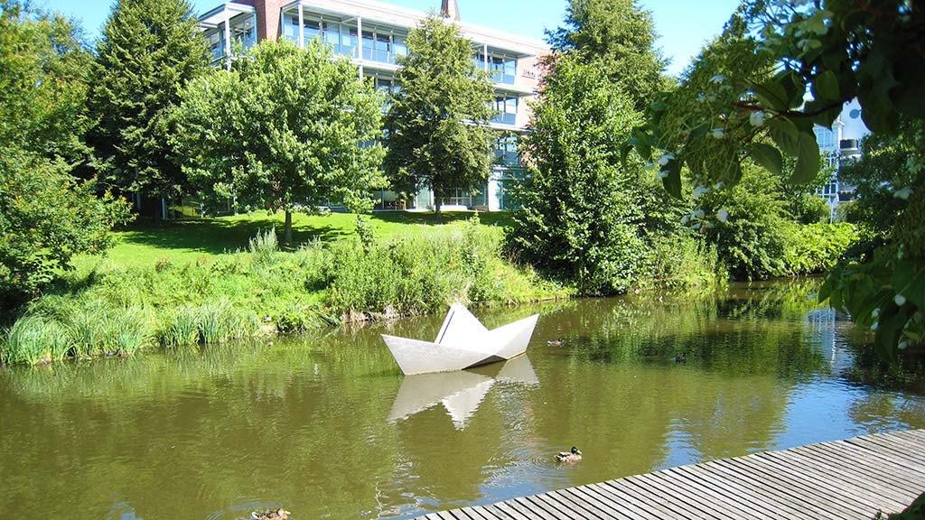 Skulpturen Papirbåden af Erik Heide