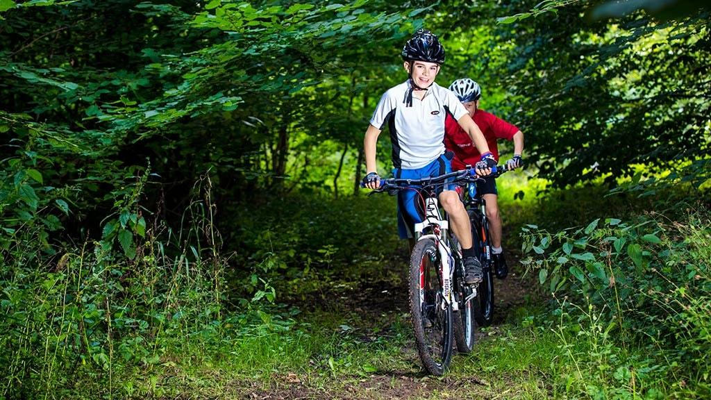 Drenge på mountainbikes