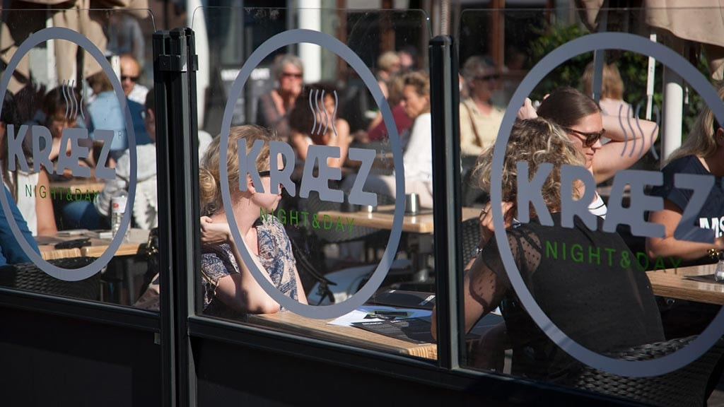 Café Kræz gennem vinduet