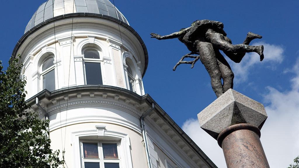 Skulpturen af Hyrdinden og Skorstensfejeren på hjørnet af Vestergade og Kongensgade