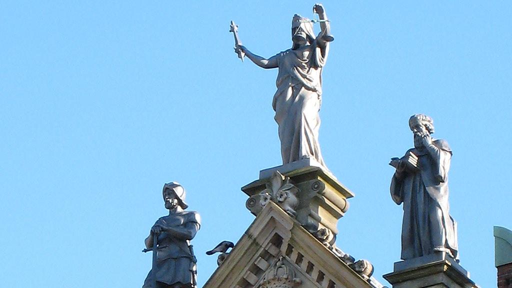 Skulpturen Magten, Retfærdigheden, Visdommen finder du øverst på Rådhuset over hovedindgangen.