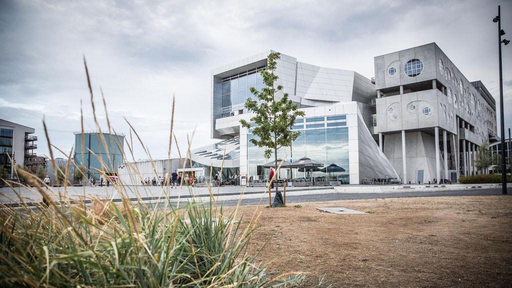 Musikkens Hus set fra havnefronten om efteråret
