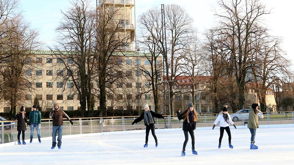 Eislaufbahn im Freien vor Musikhuset Aarhus